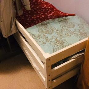 """Fin seng med madras, pæn og velholdt - den ene side er """"lukket"""" sælges for kun 150,- til den der henter først👍 MÅL  75 x 144"""