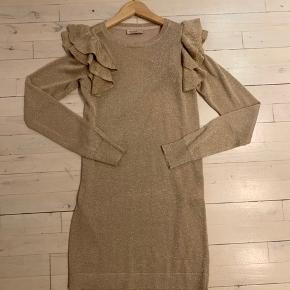 Flot guld strik kjole model Doillon.  Kun brugt een gang.  Str 152/12 år.  MP kr 150+