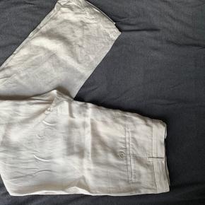 Fede Acne straight fit bukser i str 38 i æggeskal agtig farve. Sælges da de er købt på loppemarkede og de dsv ikke passer