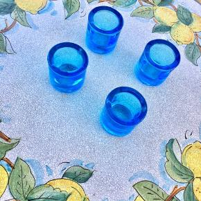 Ægte vintage lysestager af designer Heikki Orvola i serien Kivi, Marimekko. Nuancen går fra turkis til blå, afhængig af belysningen🐬🐳🦋  Glassene er 6 cm høje. De små røde iittala-Finland-mærker kan naturligvis fjernes, men vidner om standen, hvor alle fire lysestager står som nye😊  Sælges enkeltvist for 100, to for 150, og alle 4  for 250.  De er oprindeligt købt til 199 stykket.