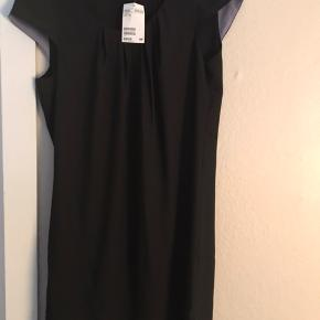 Fin enkelt sort kjole fra h&m.  Aldrig brugt.  Sælges billigt.