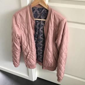 Vendbar jakke Lækker bomberjakke i svag rosa - super smart og kan vendes så man har to jakker i en😉👍🏻