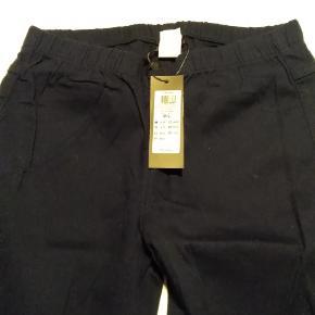 Pieces bukser sort med elastik i taljen str M/L med prismærke Nye og ubrugte fra et restparti sælges Normal pris 149;- Sælges for kun 49:-