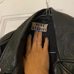 Acne Studios læderjakke. Stylenavn: Merci. Er fra AW13 - derfor godt brugt. Knappen er i stykker ved forreste rem - dette kan dog laves. Pris er sat efter standen, og er fast. Bytter ikke.