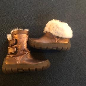 Skønne støvler i kobber farvet med uld foer. Kan bruges både med foldet skaft eller opslået. Så skønne   Str 23 aldrig brugt