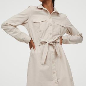 Utilitykjole i bomuld fra H&M i beige. Str 34 men passer en XS-S. Har brugt den en enkelt gang