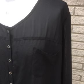 Nanna SOM NY luftig bluse skjorte XL  storpige  Yderst fin stand   Chiffon strygefri sort   Længde 74 Brystvidde 78x2 Inødvendig ærme 28  Sender gerne   Se flere annoncer