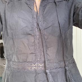 Madelyn blouse fra neo noir. Ingen tegn på slid men er gammel. Byd gerne!