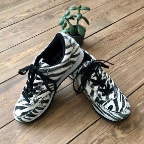 🙏🏼 ALT SKAL VÆK - SÆLGER BILLIGT 🙏🏼  👗 Super cool sneakers  👠 Defeeter  👚 Str. 38 👑 De har kun været brugt to gange i kort tid, så standen er næsten som ny   🔥Se også mine mange andre annoncer og følg mig gerne - der kommer løbende nyt🔥