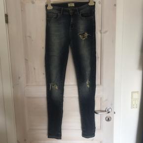Ribbes jeans fra Global Funk. Er brugt, men bestemt ikke slidt. Jeg er 176 cm høj og passer dem fint i længden 😊  Befinder sig i Roskilde, men sender gerne (køber betaler) og ellers kan den afhentes i Rødovre i hverdagene mellem 7 og 15, eller på Teglholmen efter aftale ☀️