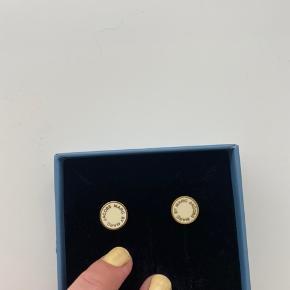 Sælger disse smukke Marc Jacobs øreringe i guld og hvid/creme. Brugt nogle få gange. Kom gerne med et bud ✨