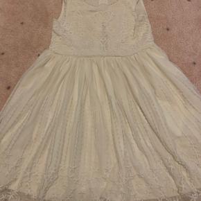 Flot kjole. Brugt en enkelt gang.  Se alt mit fine pigetøj på min profil.  Betaling via mobilepay   Køber betaler forsendelse!