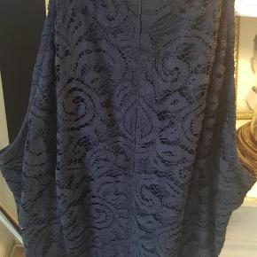 Varetype: Esprit Festkjole m. halterneck Blondekjole Størrelse: uk 12 Farve: Marine blå Oprindelig købspris: 800 kr.  Smuk blondekjole.Aldrig brugt. Så lækker i blonden. Kan passes af str 38 og 40. MobilePay.