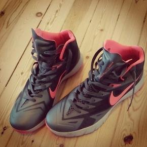 Fed Nike basket sneakers. En høj model i størrelse 45. Den er stort set ikke brugt, da det ikke lige er min stil.  Prisen er 400