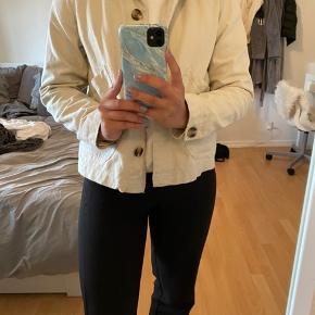 Beige jakke fra Monki - brugt to gange