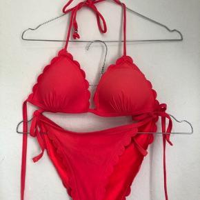 Fin pink bikini 🌸 Brugt en enkelt gang, har ellers bare været pakket ned, hvor den er blevet lidt krøllet. Toppen er polstret. Kan afhentes på Nørrebro.