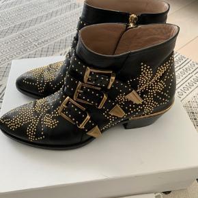 Fine Chloé Susanna Boots sælges - standen er ml. næsten som ny og god men brugt. De er blevet forsålede.   Det er en str. 37, som svarer til en str. 37,5/38.  Nypris 7.300 kr. Mindstepris 3.500 kr. pp.   BYD :)