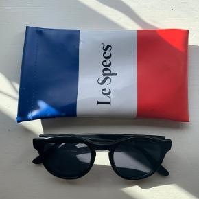 Cool, tidløse solbriller fra franske Le Specs. Perfekte hele året ✨