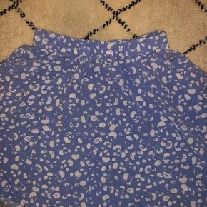 Sælger sød lyseblå nederdel fra Monki i str. xs. Den er aldrig brugt