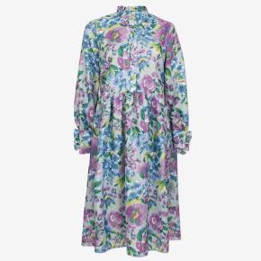 Super fin kjole fra Baum und Pferdgarten. Str. 38. Aldrig brugt og stadig med mærke. Nypris 1800 kr.   Der følger en underkjole med. Bytter ikke.