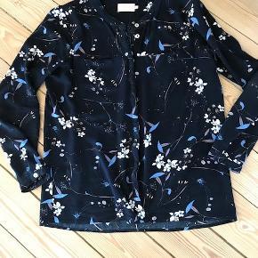 Rigtig fin bluse i skøn kvalitet str. 40. Brugt et par gange og som ny. Nypris 500,-