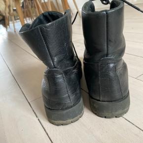 Pieces snørrestøvler i læder.  Må erkende at jeg ikke bruger dem nok, så de kan ligeså godt bringe glæde et andet sted.  Str. 40  Tags: støvle, vinterstøvle, læder, skind