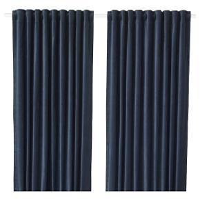 Gardinerne er i mørkeblå velour, med gardinringe som vist på billede nr.2. De er kortet af så de måler ca.131 cm i længden