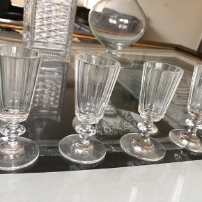 4 flotte antikke små glas str shot   Kraftigt glas   Sender desværre ikke