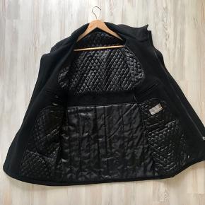 Pæn Jack ashore uld jakke brugt få gange, fra et dyre og rygefrit hjem, stor i størelse svare til Xxl. Dejlig varm.