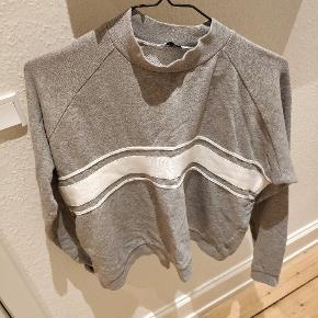 En lækker sweatshirt fra Envii i grå. Næsten ikke brugt, hvorfor den fremstår som ny.