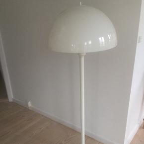 Nedsat - Gammel standerlampe, med skærm i plast, lyset kan reguleres, lampen ligner Verner Panton, fast pris
