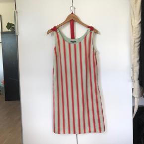 Super sød vintage kjole med rødt bæltebånd, brugt en enkelt gang🌈