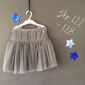 Mørke grå nederdel i størrelse 6 År.  Der er enkelte tråde som er løbet, men det er meget få. 4 lag - 1 satin og 3 tyl