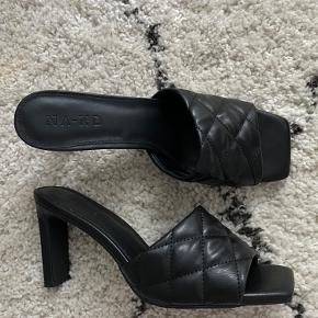 Selling these beautiful heels in black from Na-Kd