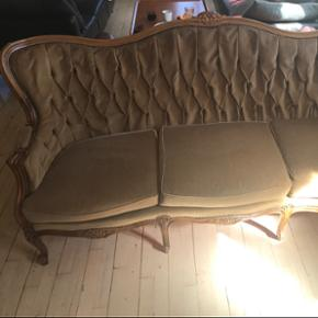 Fin sofa, som er købt og fortrudt efterfølgende. Måler: Højde: 93 cm ca.  Længde: 180 cm ca.  Brede: 80 cm ca. på det bredeste sted.   BYD!