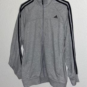Adidas trøje xl  Kan også bruges af mand 😊