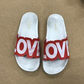 En par sommerlige sandaler fra The White brand🌈