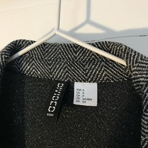 Pæn blazer fra H&M. Uden prismærke, men aldrig brugt.  Den er lidt oversized i fit.   Kig gerne på min profil, jeg har både puder, tøj, sko, tasker, træningstøj, undertøj, jakker og vægtæpper!  Laver gerne en god aftale hvis du er interesseret i flere ting :-)