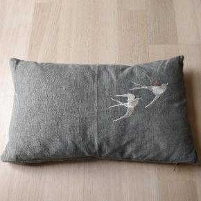 Pæn dekorativ pynte pude med broderi der forestiller to fugle. Kommer fra røgfrit hjem.