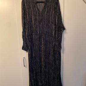 Lang kjole mørkeblå med sølvtråd