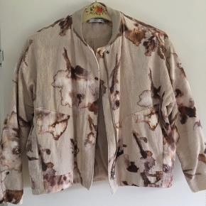 Fin kort Monki jakke, beige med brunt mønster. Perfekt sommer eller overgangsjakke.  God stand.