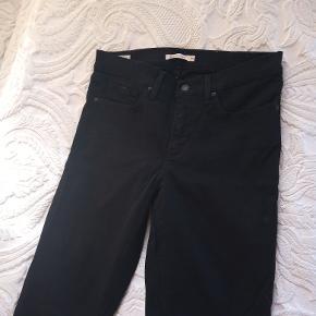 Levi's 'Shaping Skinny' jeans i sort, i str. 30, og 32 i længde. Brugt en periode, men i rimelig god stand.