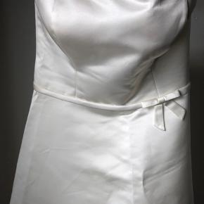 Smukkeste brudekjole fra D'ZAGE brugt én gang i maj 2006. Har hængt i suitbag siden.  Kjolen er så smuk og helt intakt, men skal renses.  Købt i casa lezar på frederiksborggade Kbh   Kjolen var en lille 38 som er tilrettet meget så den er størrelsessvarende til en 36