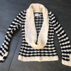 Super fed cardigan/sweater fra Malene Birger. Den ene knap på ærmet mangler.