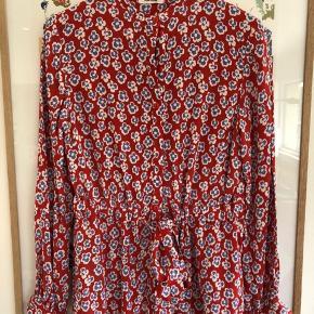 Fin mønstret skjorte fra Nué Notes med bindebånd i taljen. Kun brugt 2 gange.