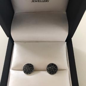 Fine øreringe med sorte sten og tilhørende kort halskæde Ny pris 2000 kr
