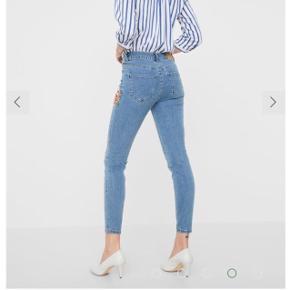 Fine jeans fra vero moda med blomster detaljer, bukserne er str 27 og sælges da de er for store. Er brugt en enkel dag, og fremstår helt nye.