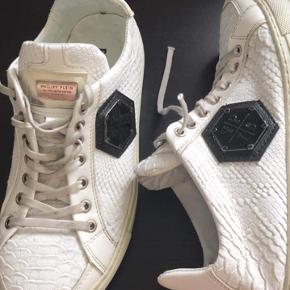 Sælger disse Philip plein sko i hvid model leather  Brugt godt, men stadig fin  Cond omkring 5  Er åben for bud  Er placeret i Herlev