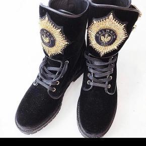 De populære Balmain støvler. Lette brugsten - blandt andet skræmme i velour som på billede- men ingen manglende sten på emblem. Nypris 10.000Bytter ikke