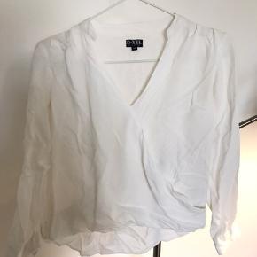 Sød skjortebluse fra D-xel i str. 10 år, bare lidt krøllet lige nu.   Np kan ikke huske.   BYD!!!
